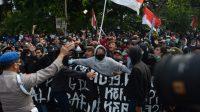 Lima Jurnalis Diintimidasi dan Hendak Disensor Oknum Polisi dalam Unjuk Rasa Tolak Omnibus Law di Surabaya