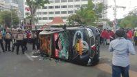 Mobil Polisi Jogo Suroboyo Dirusak dan Digulingkan Pengunjuk Rasa