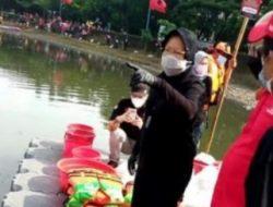 Risma Cerita Pengalaman Atasi Banjir di Surabaya