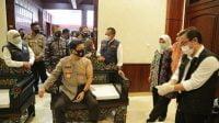 Kapolda Jatim Bersama Pangkoarmada II Suntik Vaksin di Makodam V Brawijaya Surabaya