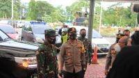 Kapolda Jatim Bersama Pangdam V Brawijaya Lakukan Pengecekan Prokes dan Bagi Masker di Stasiun Pasar Turi Surabaya