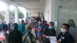 Ratusan Warga Surabaya Divaksin di RSUD Soewandhie