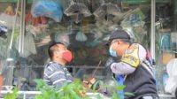 Petugas Gabungan Di Surabaya Melakukan Imbauan Bahaya Covid-19 dan Bagi-Bagi Masker