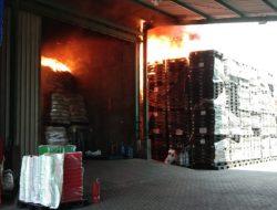 Kebakaran Besar Gudang Plastik di Surabaya Sempat Merembet ke Pemukiman Penduduk