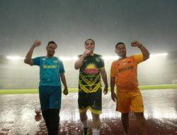 Tiga Kepala Daerah Surabaya Raya Uji Coba Lapangan GBT, di Tengah Pertandingan Lampu Stadion Mati Total
