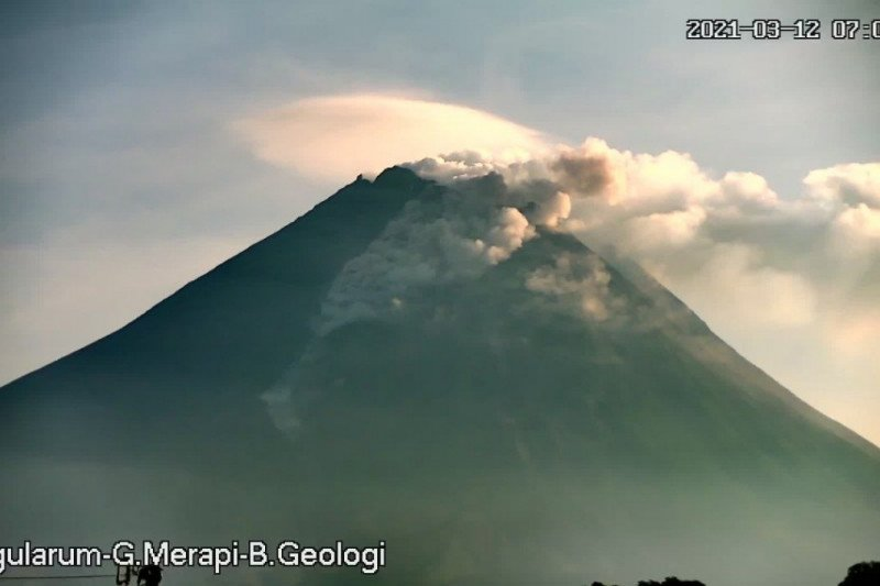 Gunung Merapi Luncurkan Awan Panas Guguran pada Jumat Pagi