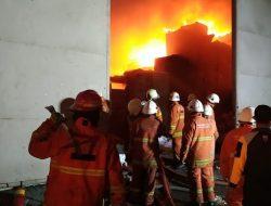 Kebakaran Pabrik Plastik di Osowilangon, Pemadaman Butuh 4 Jam