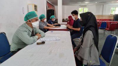Sambut HUT Bhayangkara Ke-75, Masyarakat Antusias Pelaksanaan Vaksinasi Masal di Polrestabes Surabaya