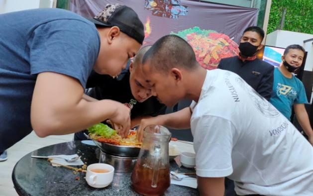 Ditantang Habiskan Nasi Goreng Super Pedas, Tim Suporter Jadi Juara Lagi