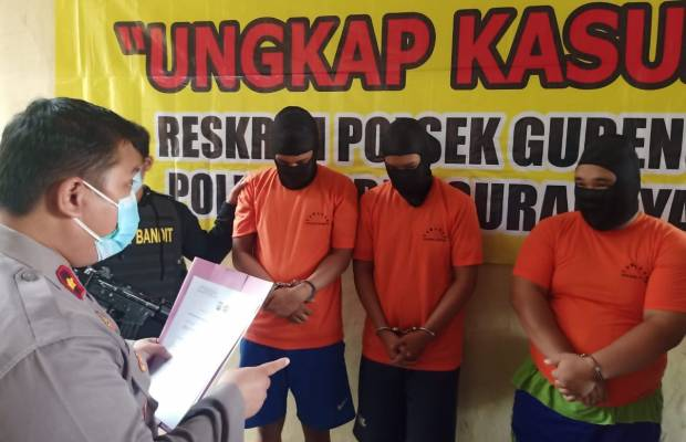 Tersangka pemerkosaan terhadap NH, yakni, FCP, GDR dan VMD saat diamankan di Mapolsek Gubeng Surabaya