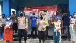 Kapolres Pelabuhan Tanjung Perak di dampingi Kapolsek Asemrowo bagikan sembako