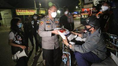 Patroli Skala Besar Sambil Bagikan Bantuan Beras di Surabaya