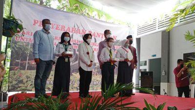 Tri Rismaharini Berikan Bantuan 105 Ipad untuk Siswa MBR SMPN 10 Surabaya